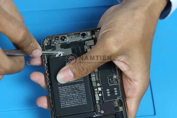 huong-dan-cach-thay-pin-iphone-xs-max-tai-nha (20)